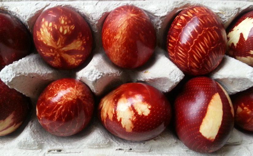 Bunte Eier mit Zwiebelschalen